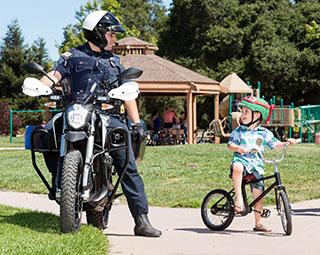 Moto électrique de police de Zero Motorcycles en charge